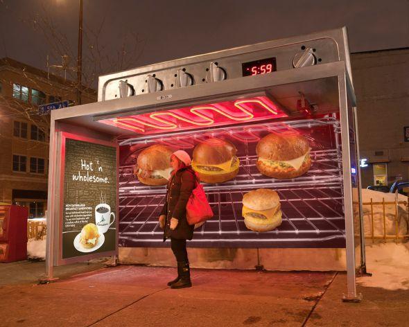 コーヒーショップの屋外広告。オーブンの中でバーガーと一緒に焼かれているようなトランジェットシェルター。