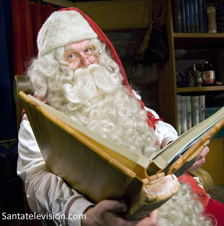Papá Noel leyendo un libro en la Aldea de Papá Noel en Rovaniemi, Laponia.