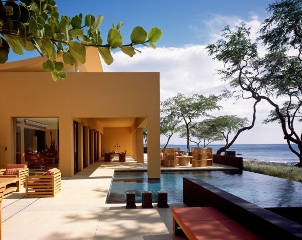 Casa Kona  la casa es caracterizada por su simpleza, sus patios, así como el uso del agua en las albercas y en espejos de agua.