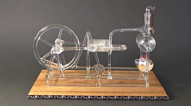 Seorang perajin kaca membuat model mesin uap Stephenson yang seluruhnya terbuat dari kaca.