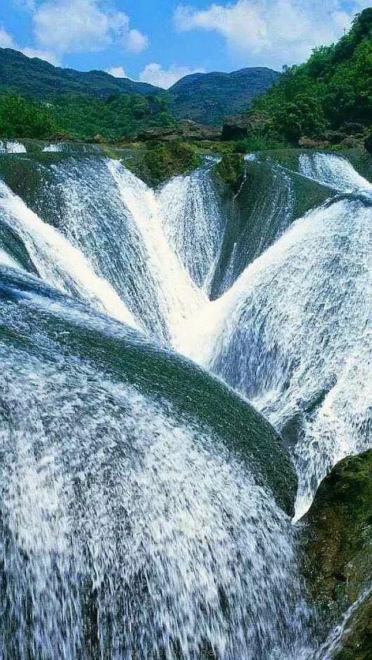 Cachoeira Banco de Pérola é uma cachoeira situada na Província Autônoma Tibetana de Aba-Ngawa, e em Qiang, na província de Sichuan, no norte da China. A cachoeira existe em um dos afluentes do Bailong Jiang (Rio Dragão Branco).  Fotografia: Malina Moumar.
