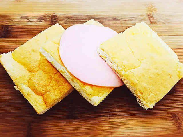 低糖質☆チーズ無しおからクラウドブレッド    乳製品がダメな人用のクラウドブレッドです。全部で糖質1gです。    材料 (2人分(全部で糖質1g)) 卵白 3個 穀物酢 こさじ半分 ★卵黄 3個 ★ラード 10g ★おからパウダー(微粉) 9g ★シュガーカット0(お好みで) 5g