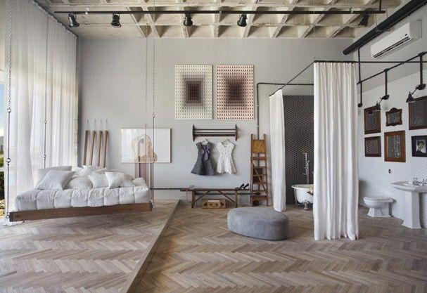 Ambiente criado pelas Arquitetas Roberta Moura, Paula Faria e Luciana Mambrini, destaque para o piso de taco Espinha de Peixe Amêndola