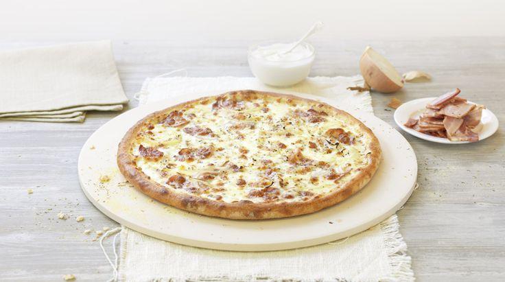 Pizza «Flambée» – Crème fraîche, Mozzarella, Bacon, Onions, Herbes de Provence – Sizes: S - 25cm, M - 30cm, L - 35cm