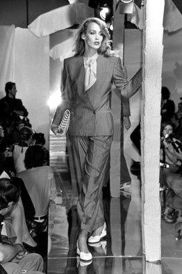 パワースーツが復活─80年代より細身で曲線的に