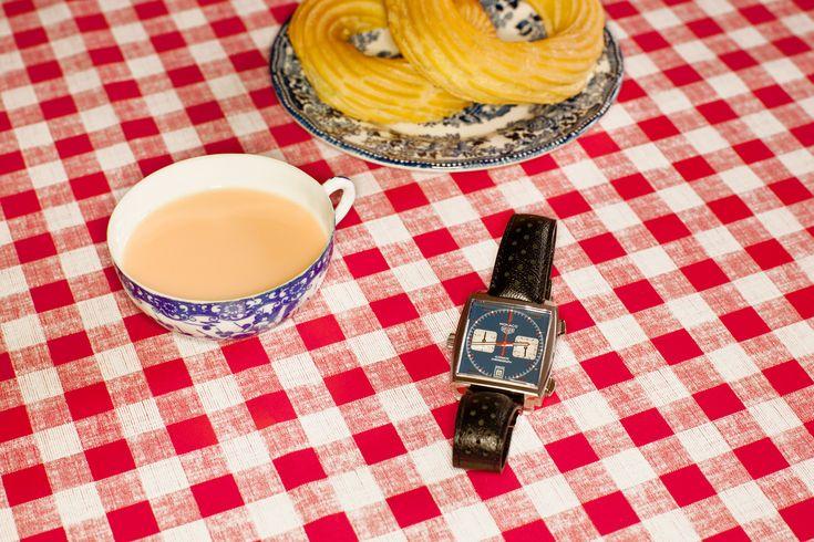 Хронограф Heuer Monaco впервые увидел свет 3 марта 1969 года — и сразу привлек к себе внимание часового мира: его «Калибр 11» стал первым в истории механизмом с автоматическим подзаводом. Эта модель была выпущена к гонке Гран-при Монако, а первым ее обладателем стал знаменитый гонщик Джо Сиферт (позже свою явную кинематографичность часы подтвердили, появившись на руке Стива Маккуина в фильме «Ле-Ман»). Гоночные референсы сразу бросаются в глаза: агрессивный квадратный корпус, спортивные…