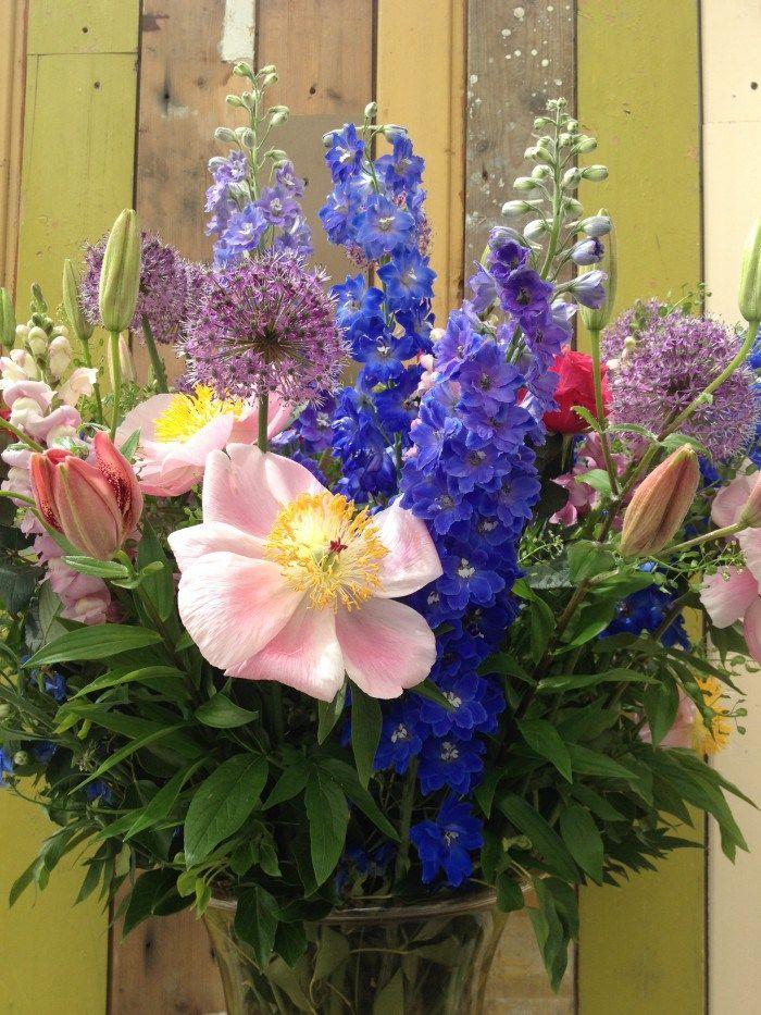 Veldboeket met pioen allium ridderspoor bij Villa Augustus in Dordrecht. Garden flowers bouquet.