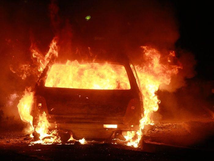 Carro pega fogo em garagem de motel em Botucatu - Imagem ilustrativa  O Corpo de Bombeiros de Botucatu atendeu a um caso inusitado na madrugada desta terça-feira de feriado, 15 de novembro. Por volta das 5 horas, o telefone 193 recebeu um chamado de incêndio em um veículo. Até aí, trabalho rotineiro dos bombeiros. Mas o carro estava em um motel  - http://acontecebotucatu.com.br/policia/carro-pega-fogo-em-garagem-de-motel-em-botucatu/