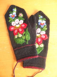 Swedish embroidery on mitts. (From ElaKnit. http://elaknit.blogspot.com/)