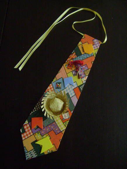 Gravata para ser usada em Festa Junina. Feita em E. V. A., decorada com tecido, chapéu de palha, bandeirinhas em E.V.A. e buquezinho de sempre vivas! Muito charmosa!!!!! R$ 5,00