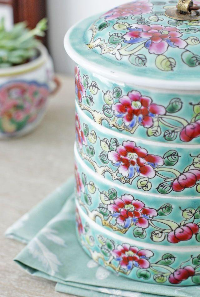 こちらは四段重です。 4という数字は中国では偶数であることから 「対になる」「割り切れる」などの理由で縁起がいいと 言われています。 中国では「富」をあらわす牡丹の大き目な柄が目をひきます。 こちらは外側がグリーンでお花がピンクの組み合わせです。 どちらの色が多いかによっても同じ色の組み合わせでも印象が違ってきます。
