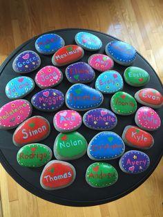 Pedras de nome pintadas para presentes de estudante de final de ano