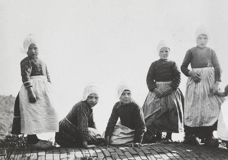 Meisjes in streekdracht uit Volendam
