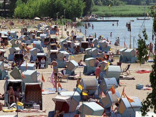 wazzup2!Seit den 20er Jahren ist das Strandbad Müggelsee in Berlin-Köpenick schon ein beliebtes Ausflugsziel für die erholungssuchende Bevölkerung aus Berlin und dem Umland. Am Fürstenwalder Damm 838 befindet sich das sanierungsbedürftige und weitläufige Areal mit Sandstrand und Liegewiese