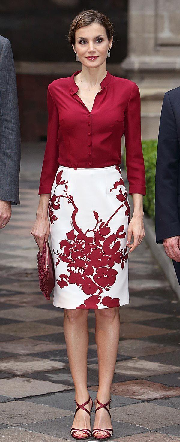 Doña Letizia ha elegido una camisa de seda en color vino con una falda estampada en sombra de flores a tono, que le quedaba como un guante. Por diseño y forma estoy convencida de que es un traje de Felipe Varela, pero no tengo la confirmación. Si os fijáis la blusa está hecha con manga francesa, así la Reina no tiene que remangarlas, ese efecto que tan poco nos gusta.