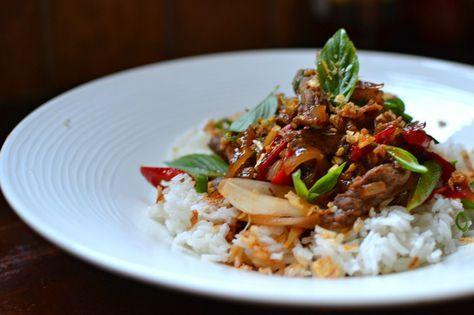 Le boeuf sauté au basilic thaï : des saveurs légèrement anisées et mentholées pour un plat original et dépaysant à découvrir d'urgence.