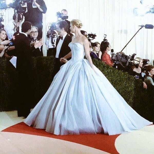 Girls look at this beautiful dress Zac Posen that use Clarie Danes in the Met Gala yesterday