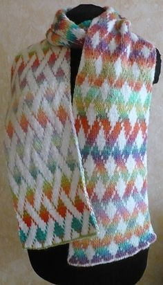 Vernetzt scarf pattern- a beautiful double knit free pattern. In German, but is fully charted.