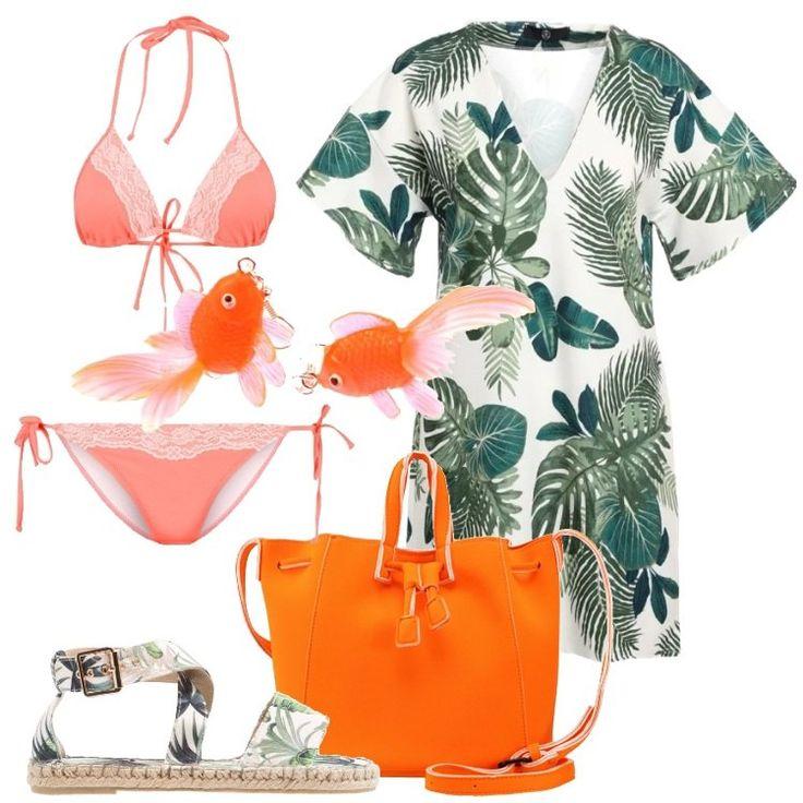 Un outfit estivo composto da vestito extra corto bianco in fantasia tropicale, scollo a v, manica corta, bikini corallo, dettagli in pizzo. Shopping bag arancione fluo, sandalo flat in tessuto verde, in fantasia, allegri orecchini arancione fluo a forma di pesce.