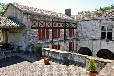 A vendre château du XIIIe siècle avec chambres d'hôtes à 40 km de Bergerac en Lot-et-Garonne