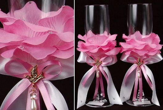 Copas decoradas con pétalos de rosa. Verán cómo paso a paso convertir simples copas de vidrio en espectacular adorno para la mesa de novios, por ejemplo.