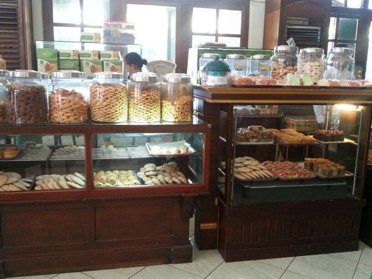 Aneka Kue dan Roti dengan cita rasa Dutch,  Toko Oen, Jl. Pemuda - Semarang