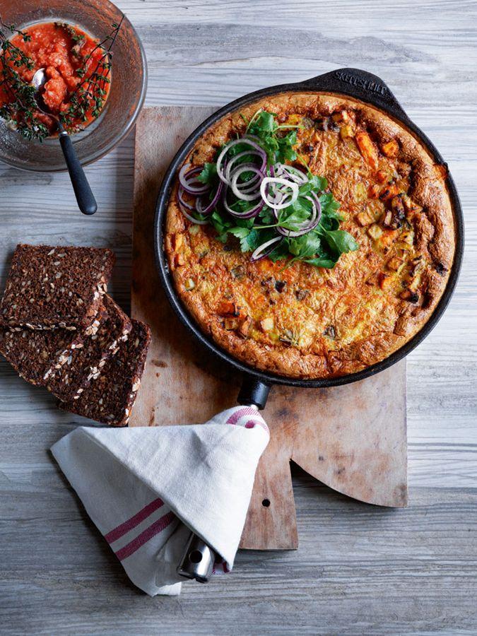 Æggekage med bacon, aubergine og kartofler. Hertil tomater med enokisvampe og persille