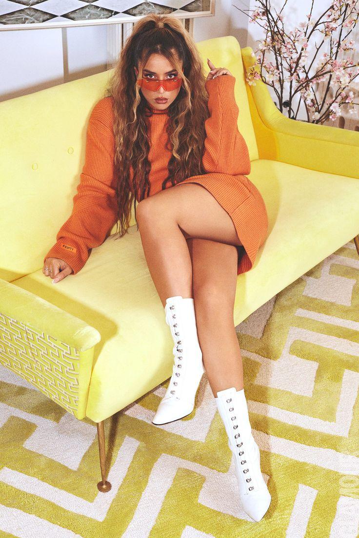No hay duda de que Lola Índigo es una de las voces más fuertes en la actualidad. La cantante española le cuenta a Glamour sobre su carrera, sus aprendizajes y su futuro. Conócela. Indigo, Glamour, Knee Boots, Outfits, Shoes, Carrera, Fashion, The Voice, Suits