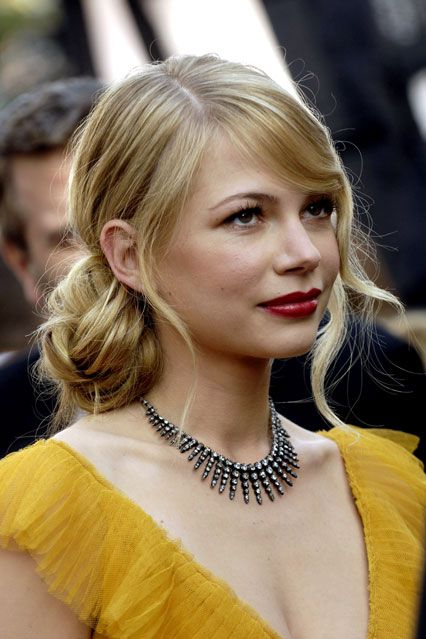 #Michelle_Williams: side #chignon with loose curls at the front & red lips. SO pretty!!! ♥ Wedding hair?