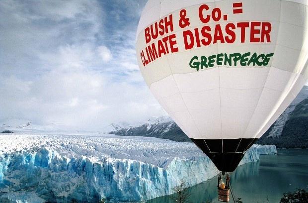 Febrero 2004: Globo aerostático sobre el glaciar Perito Moreno. Greenpeace celebró la ratificación, por parte del Parlamento Ruso, del llamado Protocolo de Kyoto, un acuerdo marco para la reducción de la emisión de gases contaminantes.