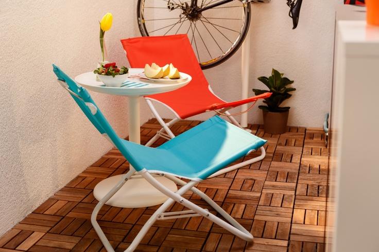 Scoate  măsuța cu tavă detașabilă IKEA PS SANDSKAR pe balcon, ȋn compania fotoliilor confortabile din pânză, și poți să te bucuri de o vacanță  acasă.