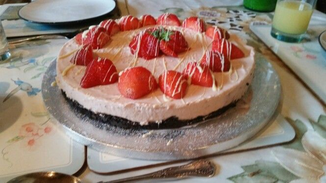 Strawberry and white chocolate cheesecake with an oreo base