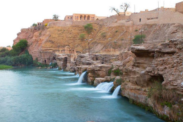Shustar | TECTÓNICAblog  La ciudad de Shustar en Irán posee un sistema hidráulico único. Conocida como la ciudad isla es un complejo de la etapa Sasánida que incluye molinos de agua presas túneles y canales. Dentro del complejo se destacan varios elementos: el puente de GarGar Canal de Bolayti el túnel de Dahayene o el canal de Seh Koreh. El agua discurre por los canales hasta llegar a la isla donde se encuentran varias presas que contienen el agua y la dirigen hacia los molinos para luego…