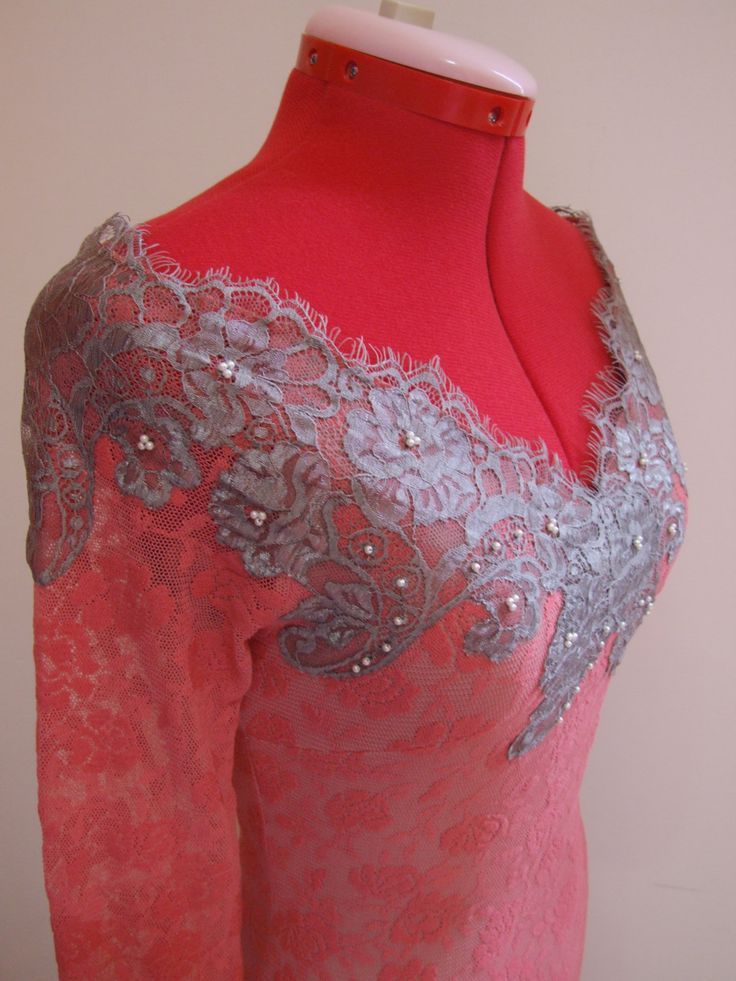 Abito in pizzo rosa corallo di TNatali su Etsy. Floreal pattern dress with coral pink lace pattern, embellished with white hand-sewn pearls over a gray lace. Slightly open shoulder, long sleeve and gray lace around the wrist area. Light and mildly stretch, it wraps around the body to highlight the curves. Length: 90cm.