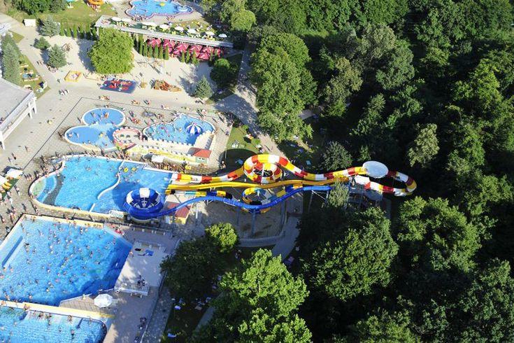 A háromemeletes Gyémánt Strand- és Termálfürdő télen-nyáron üzemel. A hatalmas parkkal körülvett medenceegyüttes mellett óriáscsúszdák is várják a vendégeket.
