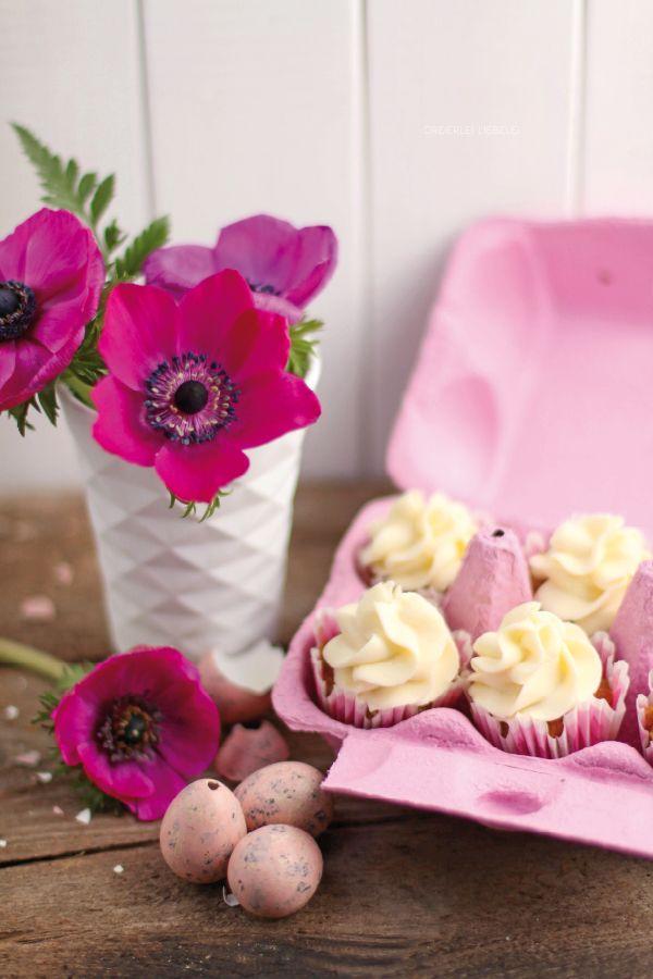 Mini-Möhren-Kokos-Cupcakes mit weißer Schokoladencreme im Eierkarton