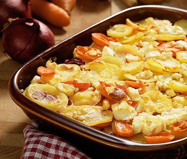 Denna rotfruktsgratäng är krämig och fantastiskt god som tillbehör. Med potatis, morötter, palsternacka och fetaost får gratängen höstiga smaker. Servera med rökt kött eller korv.
