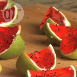 Mini partjes 'watermeloen' met een kick! De versie voor kinderen is ook erg leuk, vervang dan de wodka voor koud water.