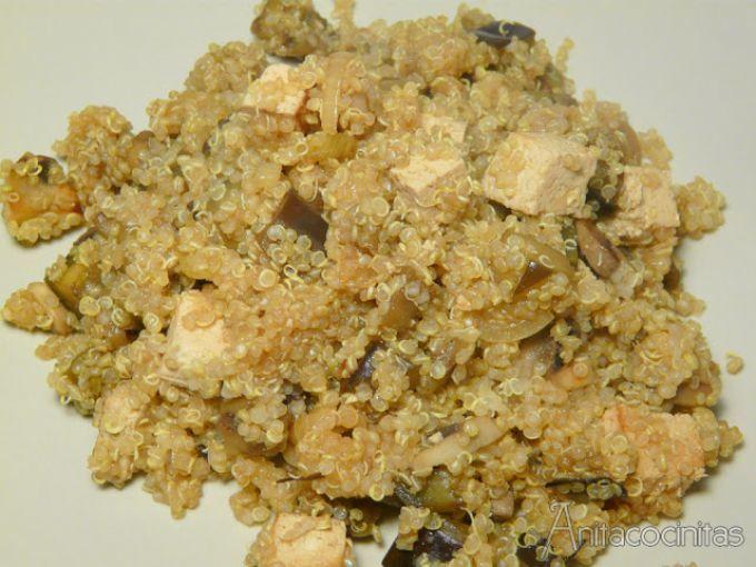 Lavamos bien la quinoa bajo el agua apretando para que pierda todo el polvillo, y la ponemos a cocer 15-20 minutos en abundante agua con sal. - Receta Plato : Salteado de quinoa, berenjena y champiñones por Anita Cocinitas
