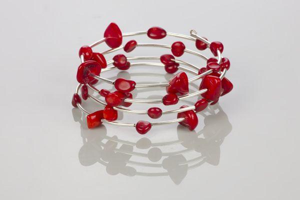 Bransoletka z drutu pamięciowego i koralików to biżuteria idealna na co dzień. Jest lekka, kolorowa i przywodzi na myśl ciepłe dni!…