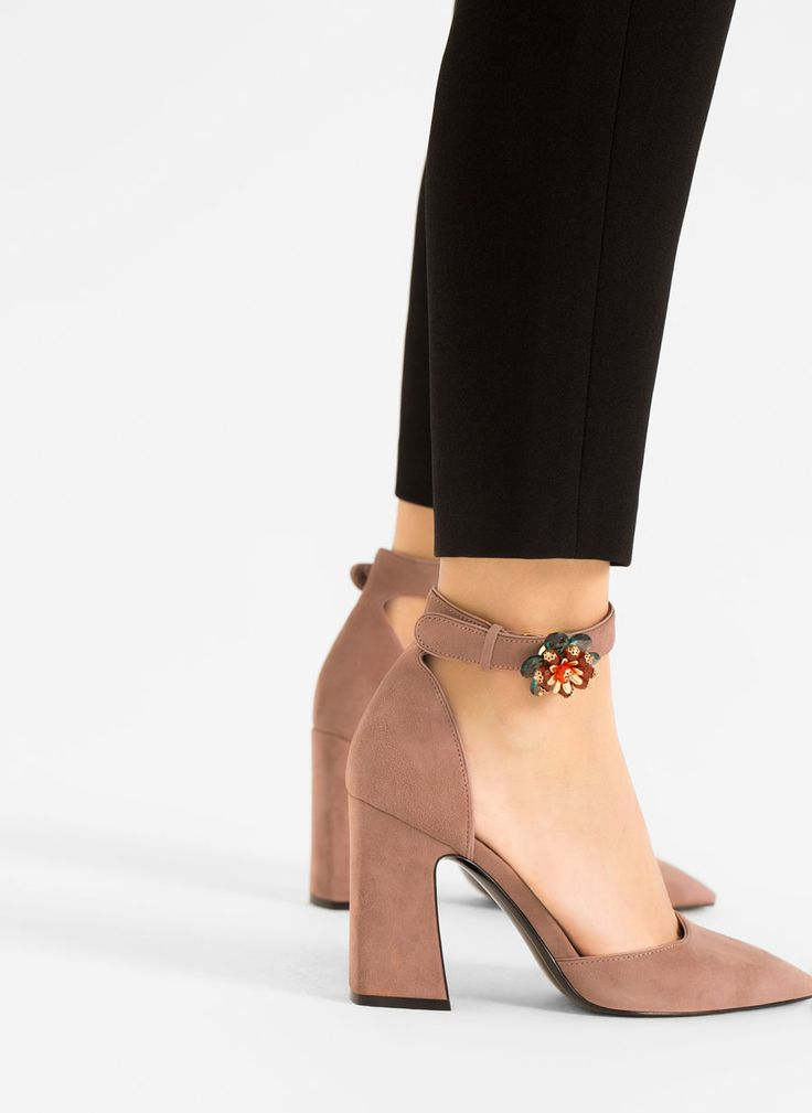 A new pair of mauve block heels with pointed toe that look similar to a pair from the Gem D'Orsay collection from Uterqüe.