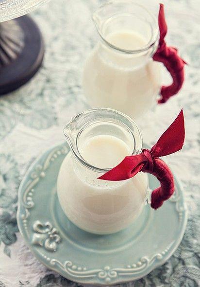 O encontro é um café da manhã? Fitas na alça da jarra de leite decoram e protegem as mãos do calor