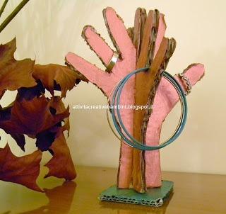 """""""Attività Creative Per Bambini: Albero portagioie per la Festa della Mamma#c1852002069400299254""""... hanger for jewels made with the hand shape of our children :)"""