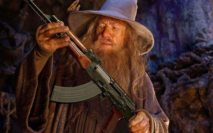 """""""Gandalf mintió, no era un mago, Era claramente un guerrero de alto nivel que había puesto puntos en la habilidad """"Usar Dispositivo Mágico"""" (Use Magic Device) lo que le permitió empuñar un bastón de mago. Todos los hechizos mágicos que lanzó fueron de bajo nivel, fácilmente explicados por su anillo de guardar hechizos (Spell Storing Ring) y su bastón. Para un mago de tan alto nivel, pasó mas tiempo peleando que lanzando hechizos."""" Continúa..."""