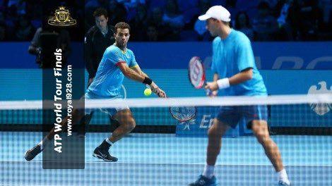 Agen Bola - Juara enam kali dan unggulan ke-tiga turnamen final musim ATP World Tour Finals 2015 Roger Federer lolos ke babak final setelah menundukkan rekan senegaranya Stan Wawrinka pada pertandingan babak semi-final dini hari tadi di O2 Arena, London.
