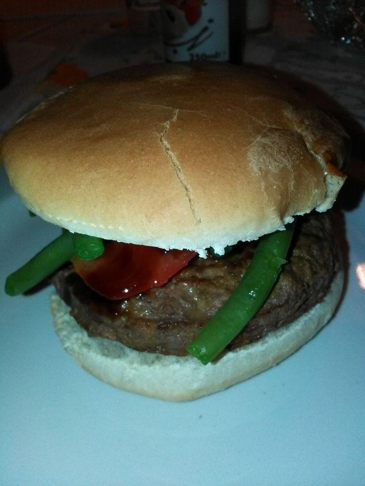 Panino+con+Hamburger+di+carne+speziato,+fagiolini+e+pomodoro+home-made
