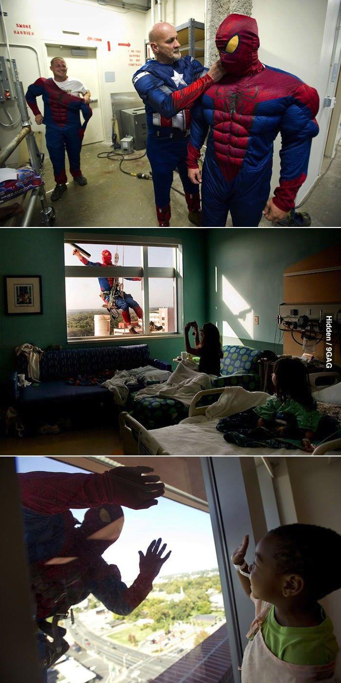 Esto es una de los gestos más xulos que he visto.Limpia ventanas se disfrazan de Spiderman en un hospital para niños