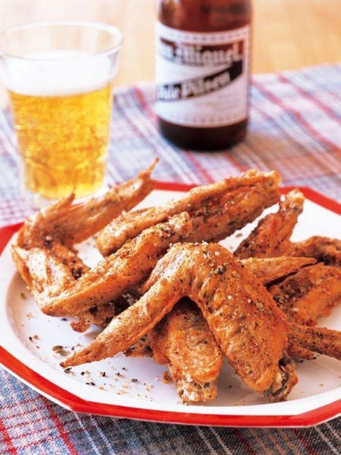 たっぷりのスパイスをまぶしたパリパリの手羽先は、ビールのお供に最適|『ELLE a table』はおしゃれで簡単なレシピが満載!