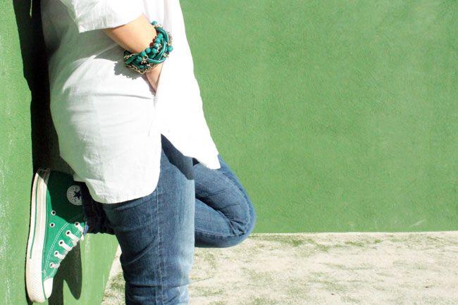 Look casual super sencillo y básico. Camisa blanca oversize, vaqueros y converse verdes. Maxicollar y pulsera de Stradivarius como complementos.