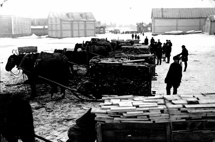 1932 Firewood loads traded to the Oulu market square. - Polttopuukuormia kaupattiin Oulun kauppatorilla.